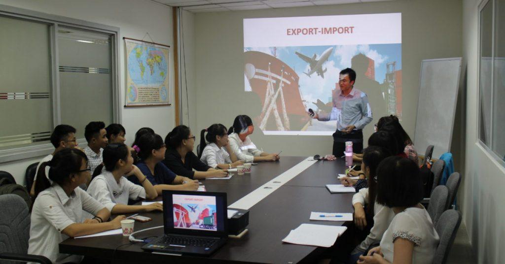 Lớp học kiến thức nghiệp vụ xuất nhập khẩu luôn thu hút các bạn học viên